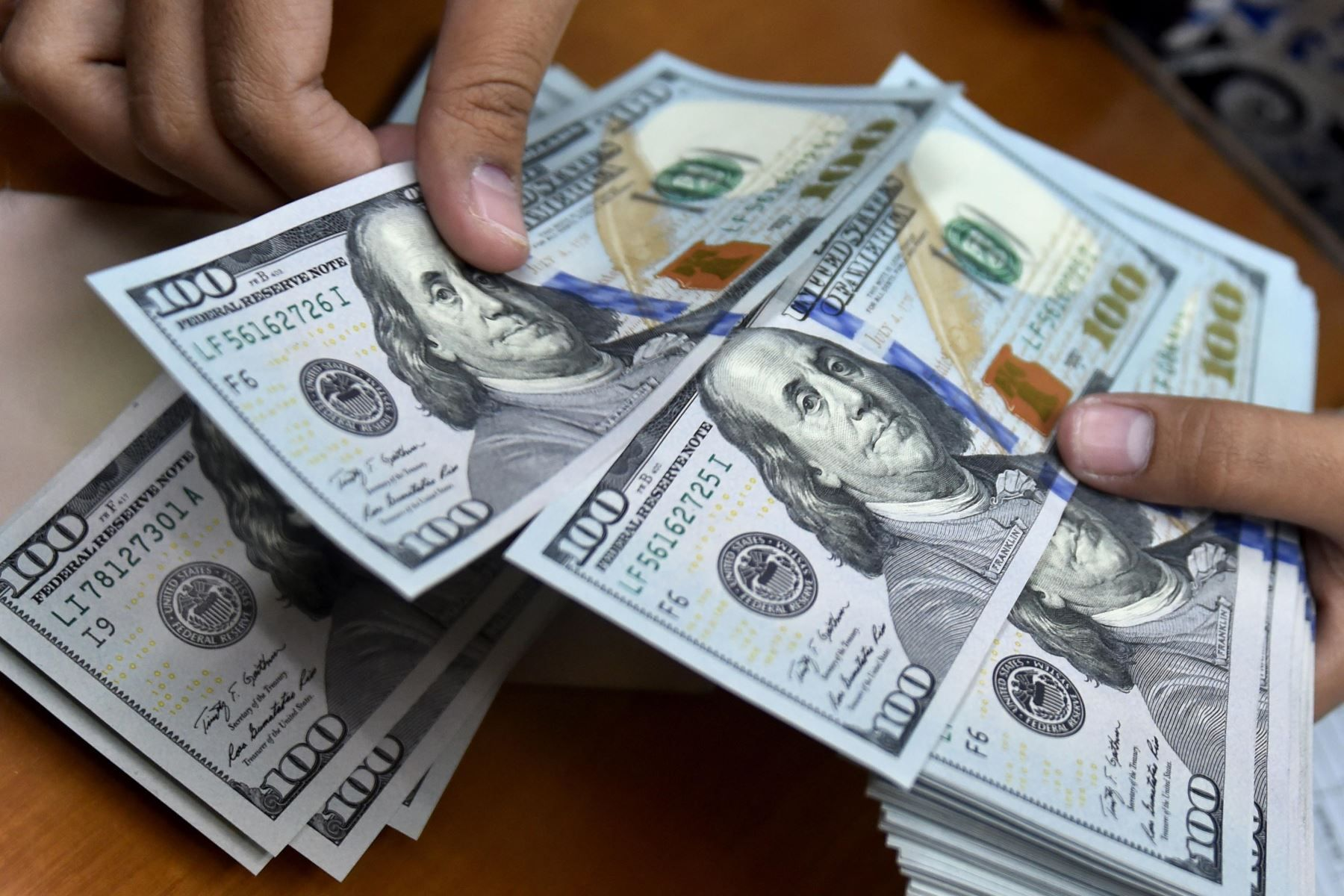 El dólar es una moneda referencia para ahorristas e inversores