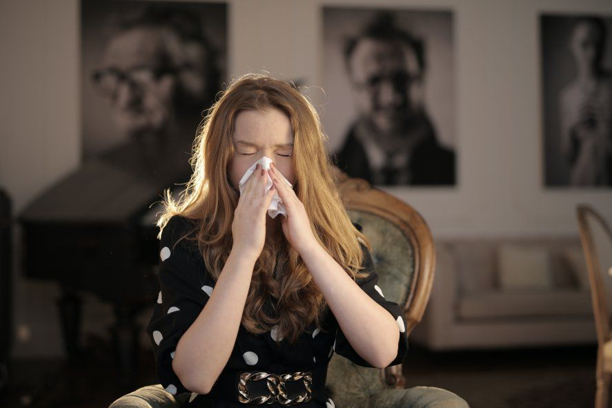 Entre los síntomas más comunes de la alergia se encuentran los estornudos y la congestión