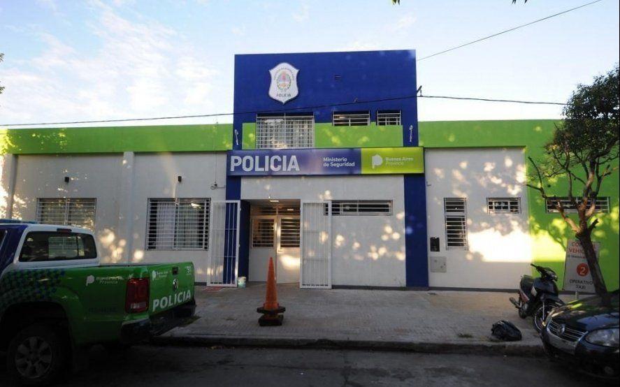 La Plata: un motociclista mordió el cordón, dio la cabeza contra una palmera y murió en el acto