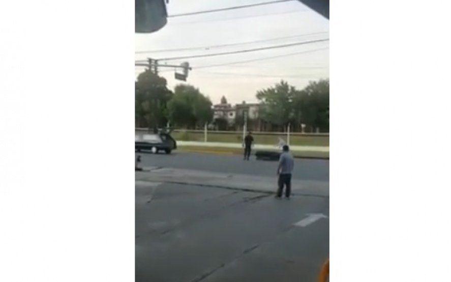 """""""Se te cayó el muerto"""", le gritaron al conductor del coche fúnebre que perdió un ataúd en una calle de Merlo"""