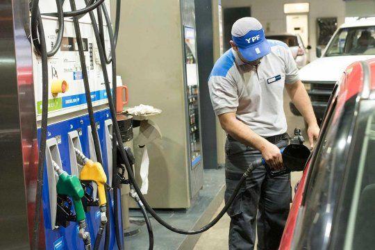 La petrolera YPF informó que desde la medianoche de este martes aumenta un 2,9% los precios de las variedades de nafta y gasoil