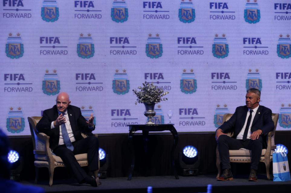 Tapia junto a Infantino en el predio de Ezeiza: la campaña por el Mundial cada dos años no se detiene.