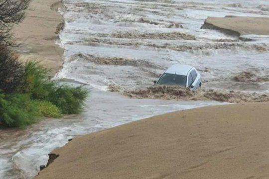 La corriente de agua arrastró a un auto estacionado hasta la playa