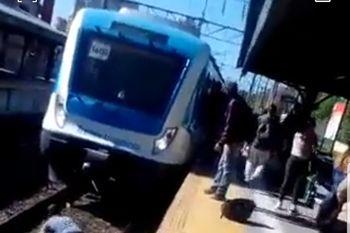 El increíble video casero con una mujer que se tiró debajo del tren