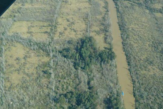 canales clandestinos y construcciones ilegales: lo que vio el intendente de mercedes en el rio lujan