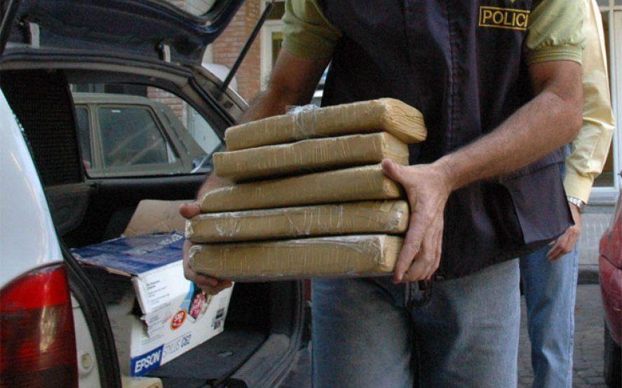 """La Matanza: un policía iba en un auto oficial con 100 kilos de marihuana para hacer una """"entrega"""""""
