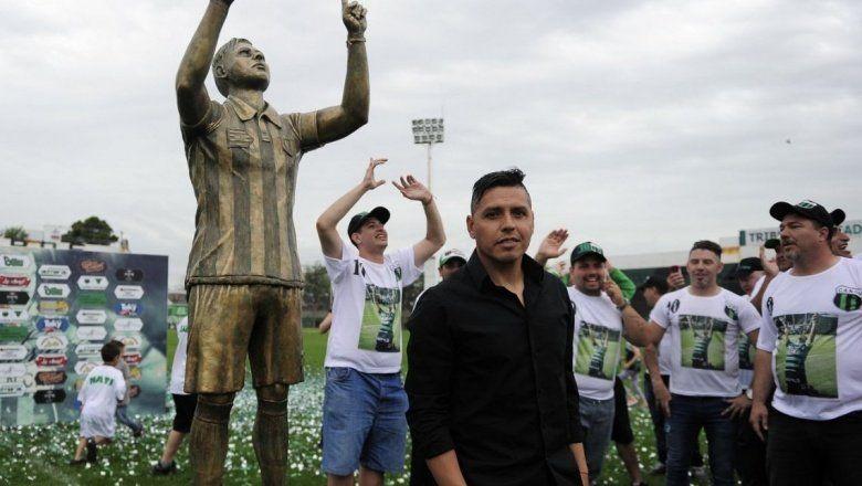 Tiene 43 años, 700 partidos y su propia estatua: descubrí a la figura de la B Nacional que arranca mañana