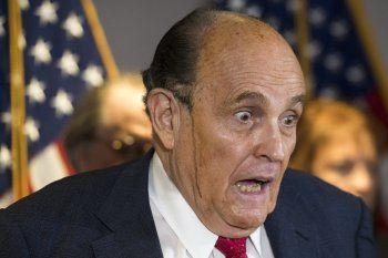 Instante en que una gota marrón atraviesa el rostro de Rudolph Giuliani