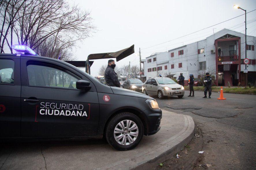 Robo, persecución, tiroteo y choque: dos detenidos y dos prófugos