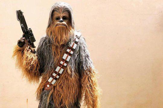 ¡chewbacca vive en munro!: un fanatico armo un traje identico al personaje de star wars y realiza acciones solidarias