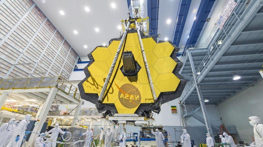 Ensamblado del espejo principal del telescopio en el Centro de vuelo espacial Goddard.