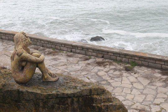 Dañaron la estatua misteriosa de Mar del Plata