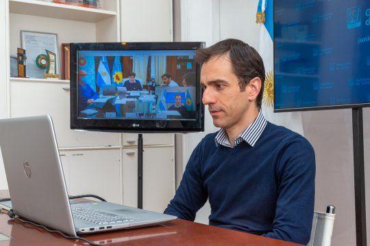 Pablo Petrecca, el intendente de Junín, durante una reunión virtual con Kicillof.