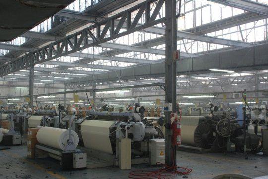 penden de un hilo: otra fabrica textil reduce su produccion, suspende empleados y recorta salarios