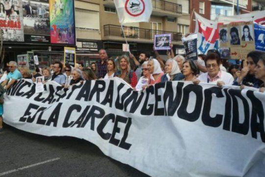 mar del plata: mas de 40 mil personas protestaron contra la domiciliaria para etchecolatz