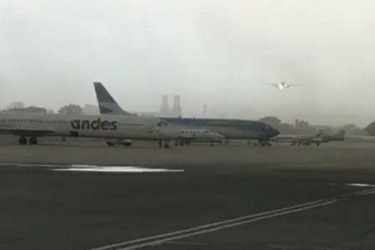 el increible aterrizaje de un avion de aerolineas argentinas en medio de la tormenta