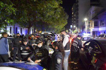 El fin de semana se desbarataron dos fiestas ilegales en la plaza Malvinas de La Plata
