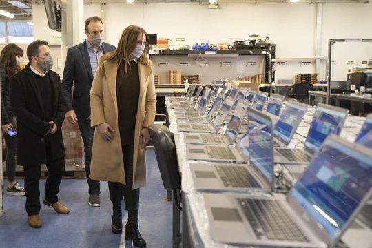 María Eugenia Vidal visitó la fábrica de netbooks escolares