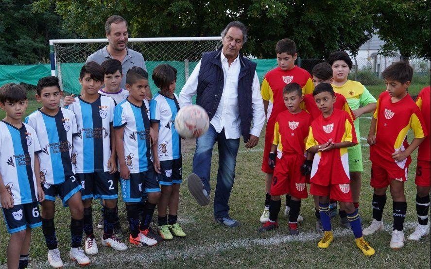 Scioli recorrió distrito de Cambiemos y criticó al gobierno por sus políticas contra el deporte