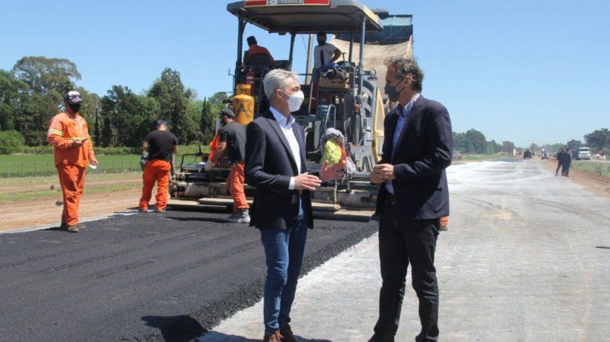 Mario Meoni y Gabriel Katopodis durante una recorrida por las obras de la Ruta Nacional N°7, entre Chacabuco y Junín.