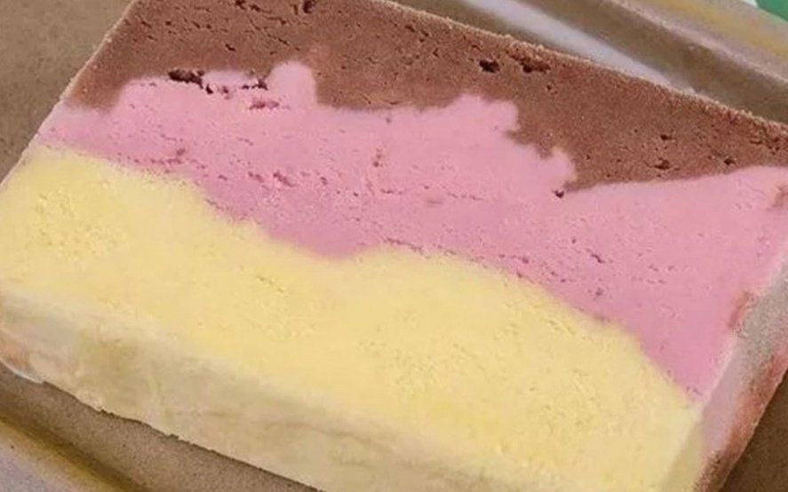 """La ANMAT prohibió el """"helado tricolor"""" que vende una reconocida cadena de supermercados"""