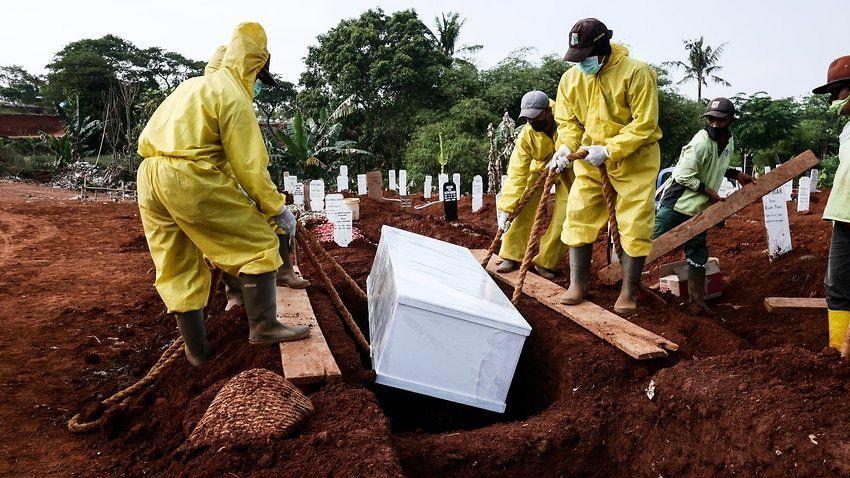 Los anti-barbijos cavarán tumbas para los muertos por Covid