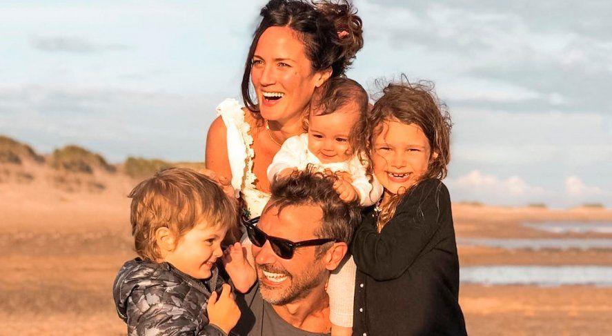 Paula Chaves y Pedro Alfonso junto a sus tres hijos.