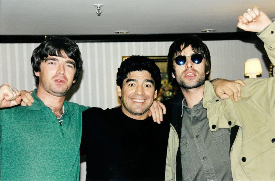 Diego Maradona junto a los Oasis
