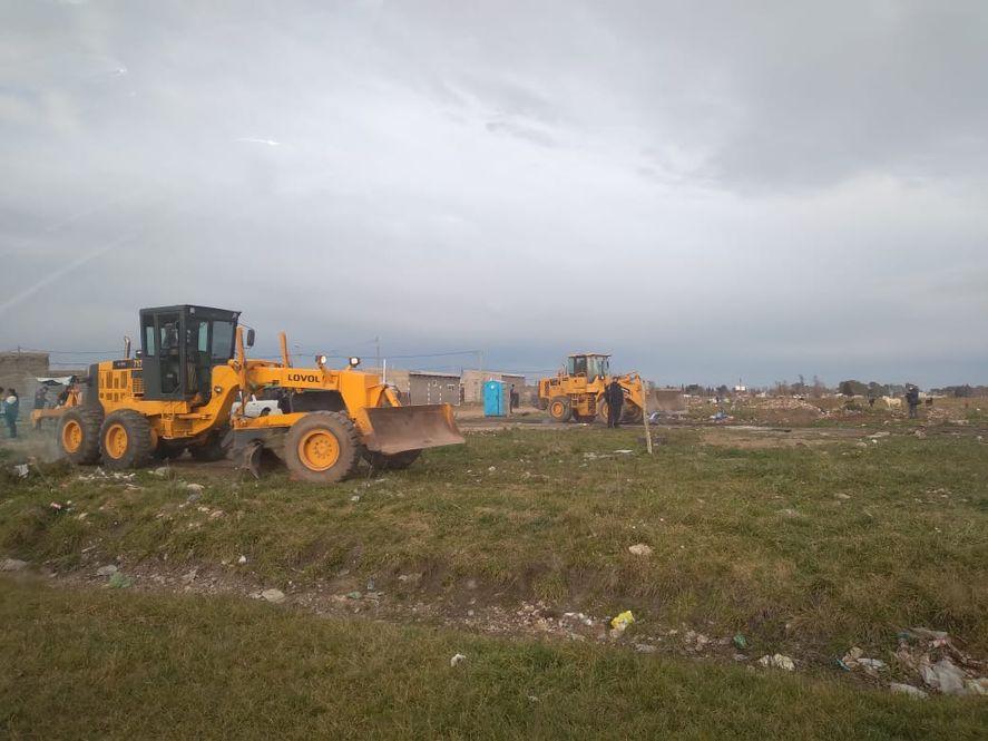 Topadoras en el desalojo de la toma de terrenos de Olavarría