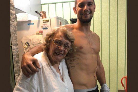 se tatuo una carta de amor entre sus abuelos: mira la reaccion de la abuela