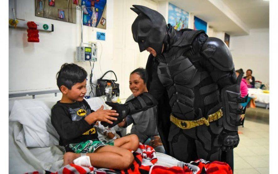 """El Batman solidario: """"No hay que esperar a que pase una tragedia para ayudar"""""""