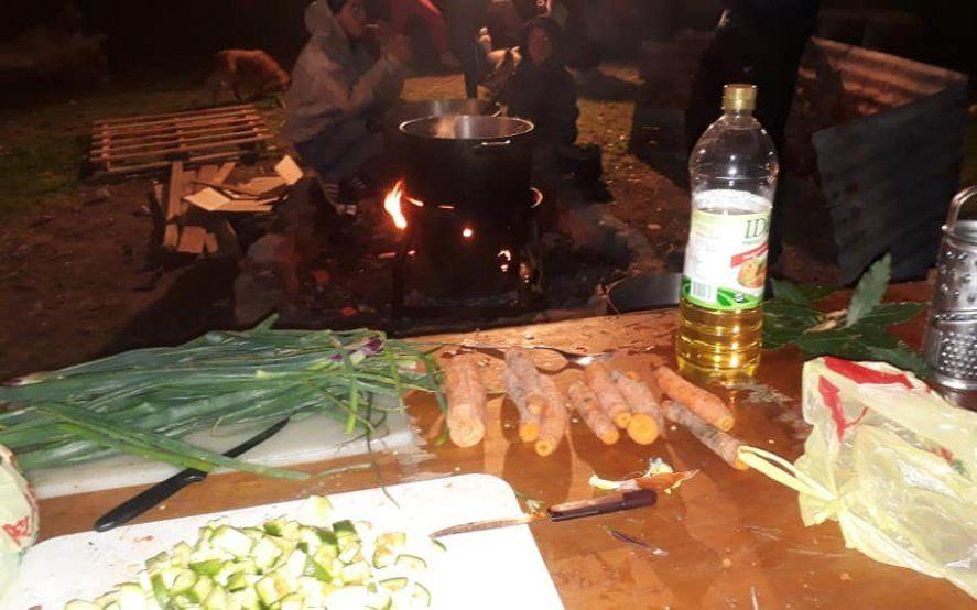 Un plato caliente: Conocé a los vecinos de La Plata que organizan una olla popular para 200 personas