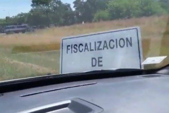 mira el video: cansado de los radares, un conductor embistio con su auto carteles y conitos