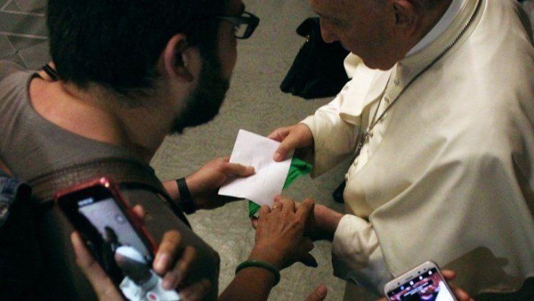 Aborto: un argentino que vive en Roma le dio un pañuelo verde y le pidió por la ley al Papa Francisco