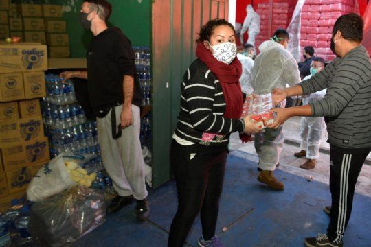 villa azul: el gobierno asiste con comida, medicamentos y hasta panales en el barrio aislado