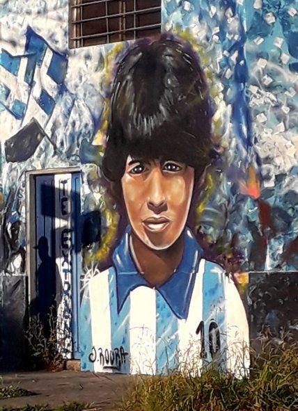 Un artista local pintó un mural cuando se enteró de la muerte de Maradona