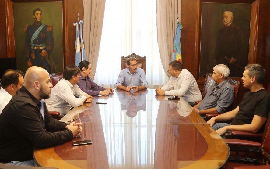 Garro aumentó 30% a municipales con un retroactivo de 8% que iguala la oferta de Vidal en provincia