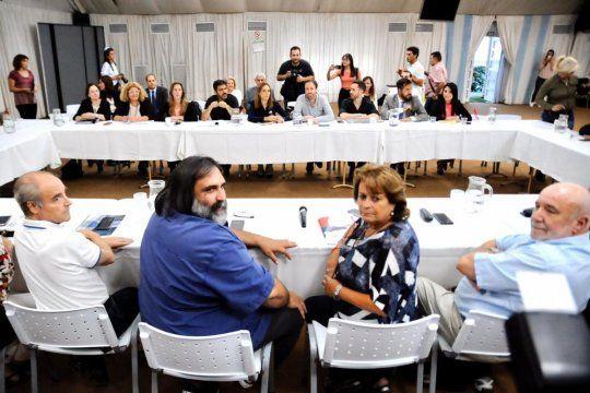 Kicillof reabre paritarias para estatales y docentes