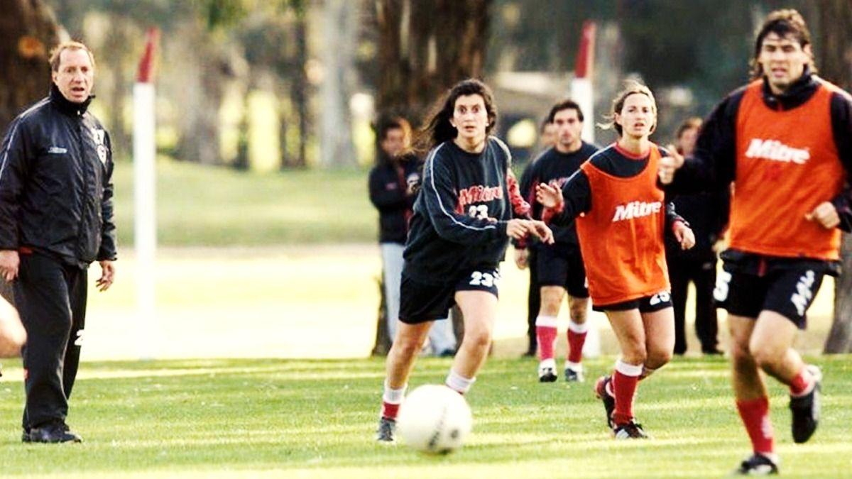 Bilardo técnico de Estudiantes en 2003: el Narigón convocó a dos jugadoras para que participen del entrenamiento de la Primera.