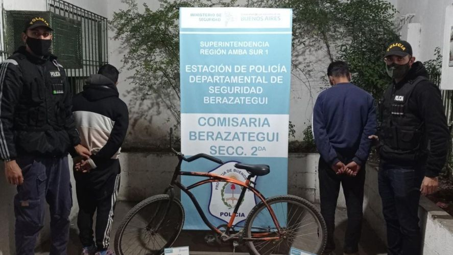 Los dos detenidos y la bicicleta de la víctima