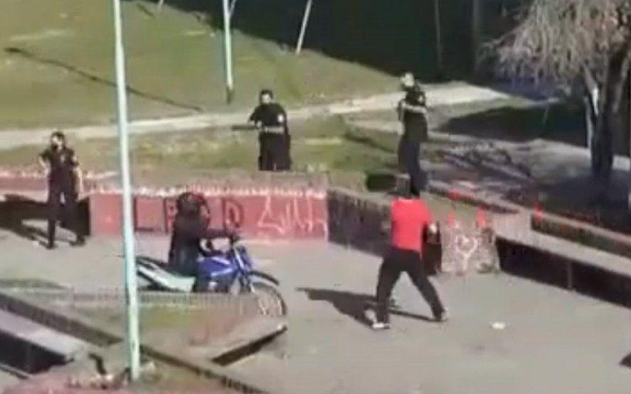 Ensenada: un barrabrava de Cambaceres enfrentó a policías y hasta les robó un reloj