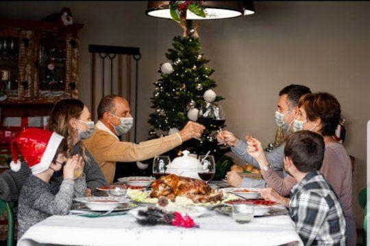 La mesa de Navidad deberá tener barbijo, distancia (bastante mayor a la de esta fotografía) y lavado permanente de manos