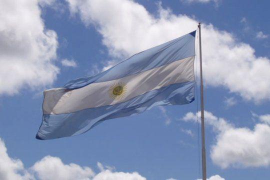 ¿con o sin sol?, ¿celeste o azul?: conoce los mitos y verdades sobre la creacion de la bandera argentina