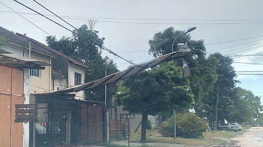 El viento destrozó casillas de guardavidas y un cartel de Maradona