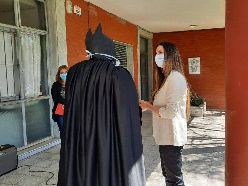 Ornela terminó su residencia en el Hospital de Niños de La Plata y eligió a Batman Solidario para que le entregara la medalla