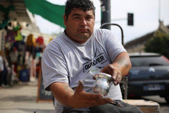 la plata: es artesano y hace 21 anos se gana la vida haciendo mates en la calle