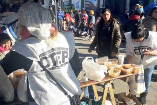 mar del plata: la policia reprimio a manifestantes que pedian agua para cocinar un guiso popular