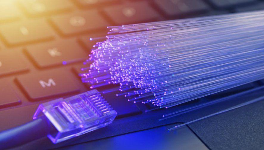 La fibra óptica está hecha de un hilo totalmente delgado que traslada las ondas de luz.