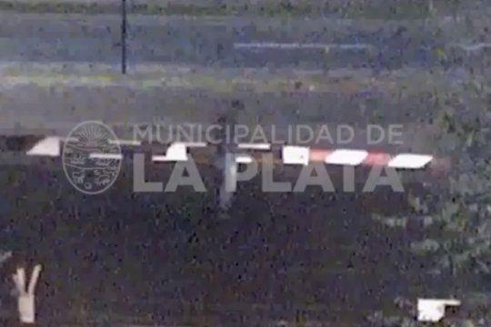 con video: asi rompian las barreras del ferrocarril roca para poder circular en pleno paro