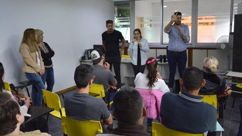 Inclusión: capacitan a personas hipoacúsicas para rendir el examen de conducir en La Plata